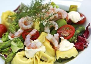 Ostfyllda tortellinis med räkor och grön sparris är en hyllning till den vår som så många längtar efter.