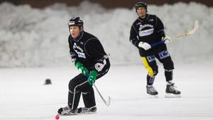 På måndagskvällen tränade bandyprofilen med Köping.