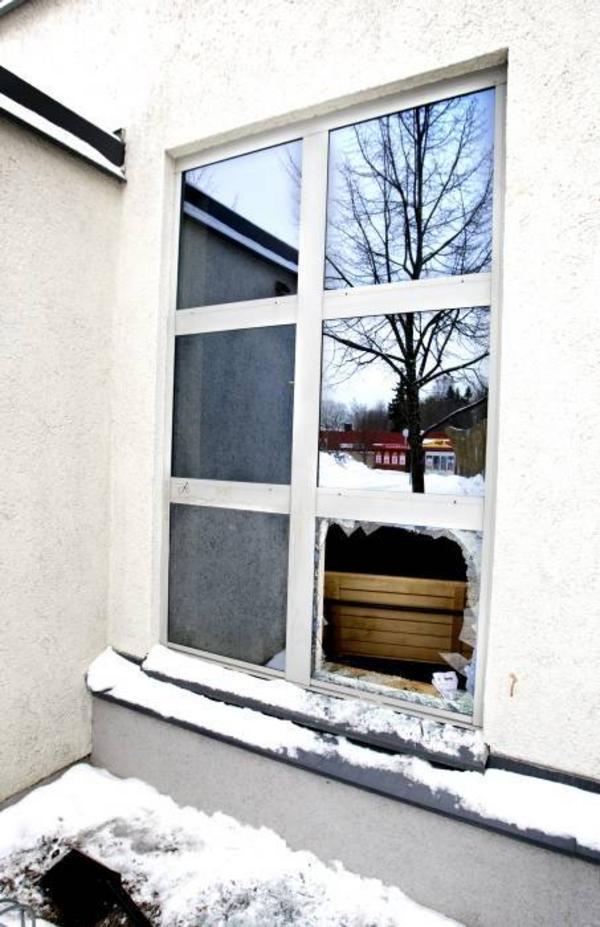 INBROTT. Troligen har vandalerna använt en askkopp i metall för att krossa fönstret till Folkets hus i Bomhus. I lokalen låg fullt av glassplitter och en bokhylla var omkullvält.