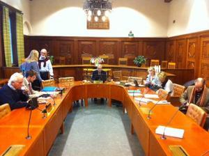 Så här såg det ut just innan barn- och utbildningsnämndens sammanträde började. I mitten sitter nämndens ordförande Björn Sandal (S).