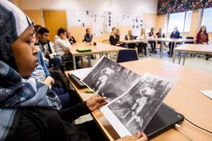 Hannan Nor ser på en gammal bild av Mischa som han tog vid strider med en partisangrupp under andra världskriget.