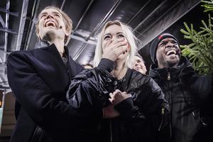 Överlyckliga programledare: Pelle Almqvist, Josefine Jinder och Kodjo Akolor.