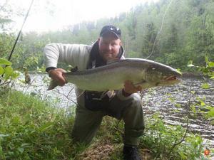 Magnus Fagerström själv är mer nöjd med den här blanka laxen på 12 kilo.