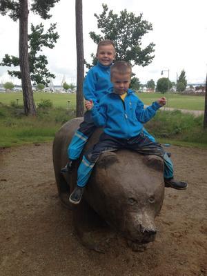 Mina älskade barnbarn Melvin och Malte hittade en lekkompis i lekparken.