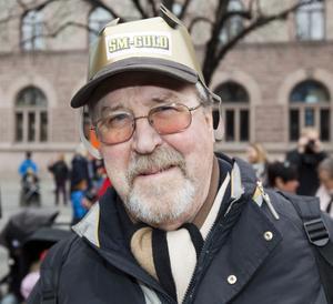 Sven-Erik Holm, 68 år, pensionär, Brynäs. 1. Hemma i tv-fåtöljen. Jag skrek lite, men det är lugnare hemma än på arenan.2. Det är omöjligt att jämföra. Av de nu aktiva är det kanske Nicklas Bäckström.
