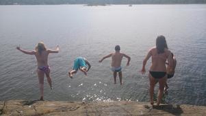 Hopp i det blå på ö utanför Herräng. Foto Kristina Öqvist