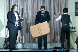 Här agerar Andreas Holmström Wik, Anders Nohrstedt och Rikard Wilson under en av de sju föreställningarna av farsen Trassel.
