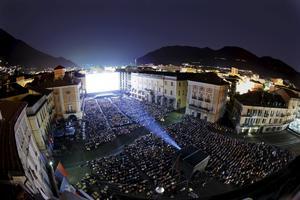På Piazza Grande i Locarno i Schweiz kan 8000 personer se på film.
