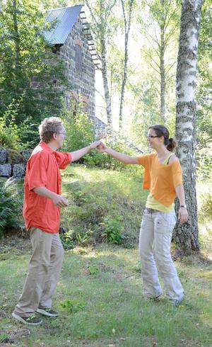 Bjuder upp. Sven Eriksson och Ester Brekhof dansar vals i skogskanten. Dansen är ett viktigt inslag i scenföreställningen Bergslagsdansen.