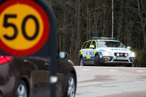 Det pågår en polisinsats i Skultuna, där polisen tror att Peder Hägglöf befinner sig.