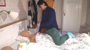 Mohammad har berättat att Johanna Möllers mamma låg på sängens vänstra sida och Göran på den högra sidan sett från fotändan när han kom in i sovrummet, mamman på sin högra sida med ansiktet vänt mot fönstret och Göran på rygg. Bild ur polisens förundersökning.