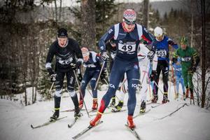 Anton Karlsson, Åsarna, drar i täten på väg upp mot Spikbodarna.