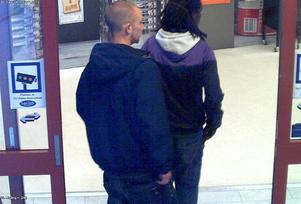 Simon Yngvesson (vänster) och Sabir Nuur (höger) fångades på bild av en övervakningskamera vid Hemköp klockan 19.53 den 24 april kvällen innan mordet.