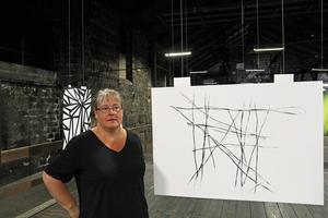 Här står Carola brevid sitt favoritfoto för denna utställning och hon vill gärna