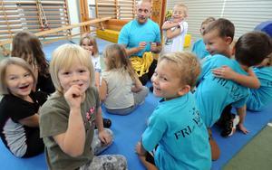 När Växsjö byskola på lördagen bjöd in till öppet hus blev gymnastiksalen ett populärt ställe att besöka. Här sitter läraren Tobias Svensson med ett gäng elever.