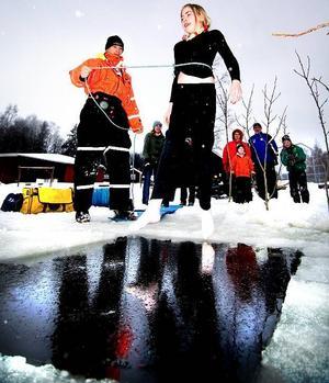 Modig. Ayla Borglund, 12, tog ett djupt andetag innan hon hoppade i vaken. Ett iskallt dopp som hon inte ångrade efteråt. Personal från räddningstjänsten Dalamitt övervakade.