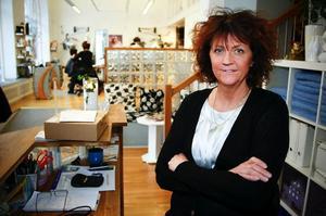 """Ingrid Loo är receptionist på Wellnesskliniken som sysslar med hälso- och skönhetsbehandlingar av olika slag. På hårfriseringen brukar brudar göras i ordning inför bröllop.Tror du det kan bli en bröllopsvåg nästa sommar?""""Det tror jag inte. Folk gifter sig väl ändå. Ja, kanske kan det bli ett sug efteråt när många har sett bröllopet,"""" säger Ingrid Loo.Hennes kollega Petra Deimo är mer skeptisk till någon giftermålsboom.– Förhoppningsvis är det beslut man tar av andra anledningar.Giftermålet som sådant är bara roligt tycker Ingrid Loo.– Det är ju lite roligt med prinsar och prinsessor."""