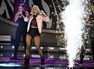 Rebecka Karlsson under semifinalen i Idol i fredags.