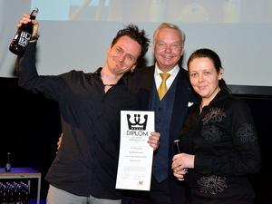 Per Samuelsson och Iréne Sahlin har utsetts till Årets pionjär av Svenska måltidsakademin. Carl Jan Granqvist, i mitten, var prisutdelare.