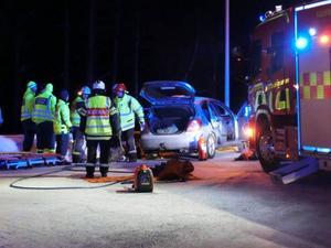 Två personer färdades i den andra bilen och det var svårigheter att få ut en av dem.