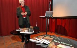 Daniels Sven Olsson berättar entusiastiskt om sin nya bok