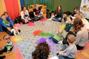 """Roligt tillsammans. Måndagsmys är en ny aktivitet på Kumla bibliotek för """"barn och deras vuxna"""". Det är ingen föranmälan, och aktiviteterna anpassas till vad som passar de barn som dyker upp. Foto: Veronica Svensson"""