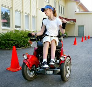 Lina Johannesson är från Alnö, och tycker att det är skoj att köra elrullstol.