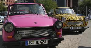 Trabant - den gamla familjebilen från öst har blivit ett populärt och färgstarkt inslag i Berlin.