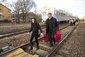 Äntligen! Adnan Mustafa hjälper dottern Resa som suttit fast på tåget från Eskilstuna och äntligen fått kliva av efter flera timmars väntan.