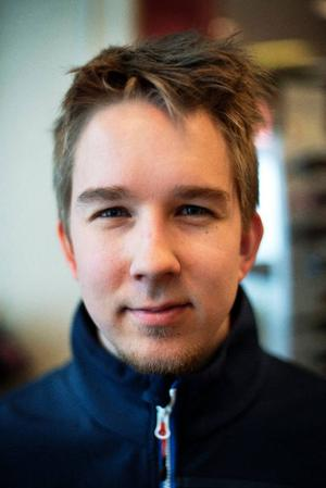 Niclas Sundstöm på OKQ8 på Rådhusgatan har uppfattat en tydlig nedgång när det gäller filmuthyrningen.