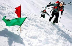 Tobias Granath gjorde skidalpin debut i lördagens tävling. Han tävlade i lag med Mårten Pettersson. Här är de just på väg uppför ett brant parti för att sedan fortsätta på skidor längs banan.Foto: Henrik FLygare