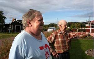 Leif och Georg Johansen på Svanvägen är förtvivlade över allt sabotage mot dem.FOTO: MATS RÖNNBLAD