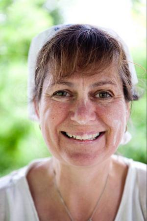Kerstin Hylén driver Bakgården och i lördags bakade hon hällbröd på matmarknaden.