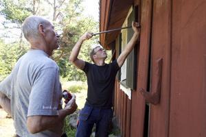 Daniel Åkerman lossar försiktigt panelen på kapellet.