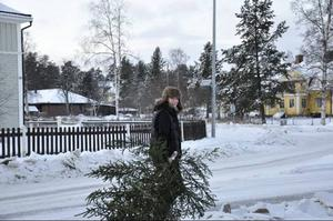 Mona-Liz Jonsson var en av dem som hann hugga sig en gran utanför Ekenbutiken. Foto: Jill Pettersson