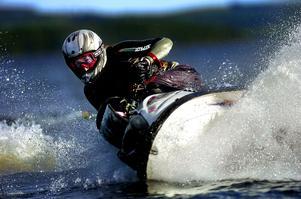 – Moderna vattenskotrar bullrar mindre och är mer miljövänliga än många båtar, säger Jon Onsbacke som tycker att det är dags att tillåta vattenskotrar även utanför allmän farled.