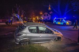 En personbil med fem ungdomar voltade på Kyrkogatan vid Norrbärke kyrka i Smedjebacken.