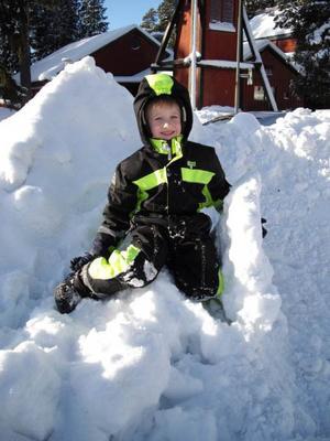 Mitt barnbarn Linus gillar att leka i snön. Foto: Yvonne Bjors