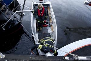 sanering. Räddningstjänst, kustbevakning och polis anslöt sig vid platsen där oljan läckte ut i Gavleån.