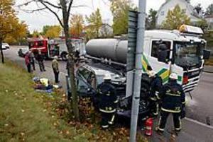 Foto: LASSE HALVARSSON Krockkudden räddningen. En personbil och en tankbil frontalkrockade på Gävlevägen på torsdagen.De två förarna fördes till länssjukhuset för observation.