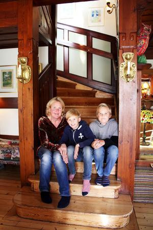 Marit Malmenby och barnen Pontus och Edvard i villan på Blåsbo.