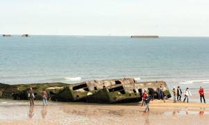 Delar av den tillfälliga hamnen från andra världskriget på stranden i Arromanches les-Bains. Foto: Johan Croon/TT