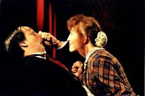 P-A Strand och Maud Nyberg spelar Tjechov i Strands bygdegård i kväll. Foto: Lennart Engström