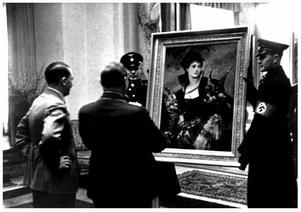 Adolf Hitler och Herman Göring beskådar en målning av den österrikiske målaren Hans Markart. Foto: Okänd fotograf.