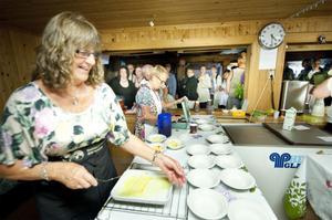 Bodil Larsson fick fullt upp med att servera ostkaka när kön sträckte sig långt utanför lokalen.