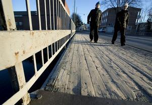 Gång- och cykelbanan har en träkonstruktion medan vägkörbanan vilar på en stålkonstruktion.