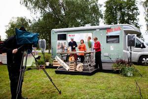 """Stjärnkocken Tommy Myllymäki och vinexperten Jens Dolk och TV-programmet """"Mitt kök"""" har varit i Jämtland i veckan. I lördags var de på matmarknaden, serverade lunch och var domare i en pajtävling tillsammans med Tina Lindberg, eller JämtTina"""