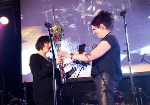Lisa Pehrsdotter ger pris till Weather som blev utsedd till årets lokala nykomling 2013.