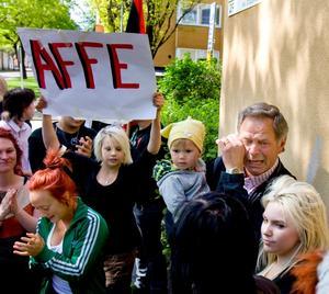 Vaktmästaren Alf Nyström blev överväldigad över elevernas stöd och kunde inte hålla tillbaka tårarna. I famnen har han barnbarnet Emilia Jonsson, 2,5 år.