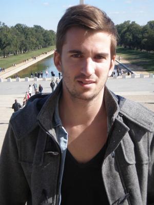 Sebastian Tomic tappade sin IPhone i marken och glaset sprack. Det blev början på ett lyckat hobbyprojekt inom internethandel.